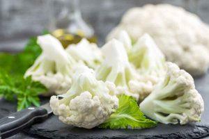 Puķukāpostu salāti ar krabju nūjiņām