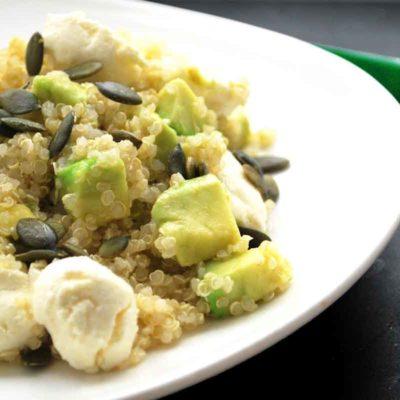 Kvinojas, avokado un svaigā siera salāti