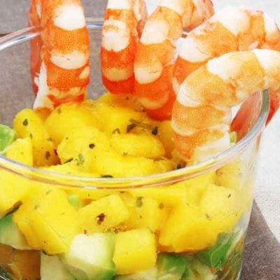 Avokado, mango un garneļu kokteiļsalāti