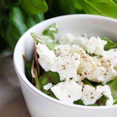 Spinātu salāti ar kivi salsu un svaigo sieru