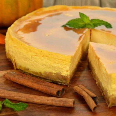 Ķirbju un ābolu kūka ar iebiezināto pienu