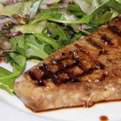 Grilēts tunča steiks ar gurķu salātiem
